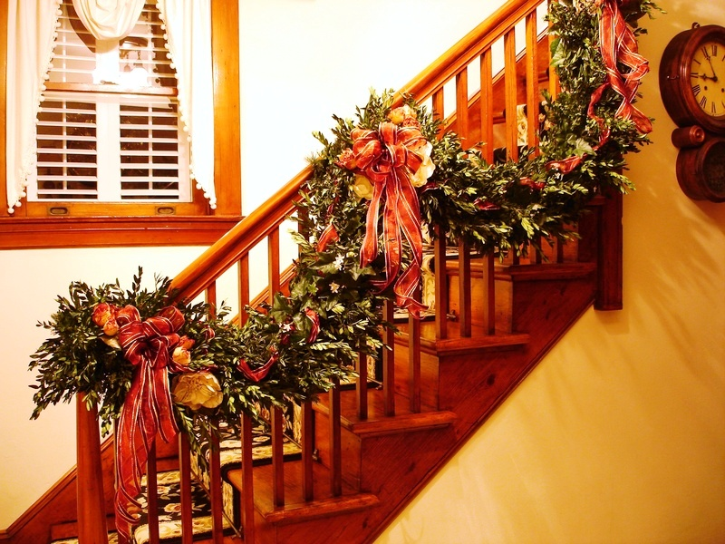 19-christmas-staircase-decorations
