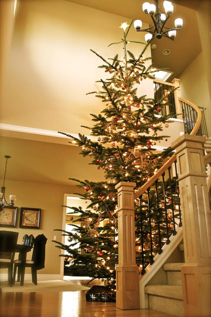 24-christmas-staircase-decorations