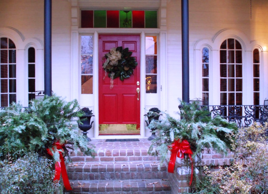 25 amazing christmas front porch decorating ideas for Outdoor front porch decor