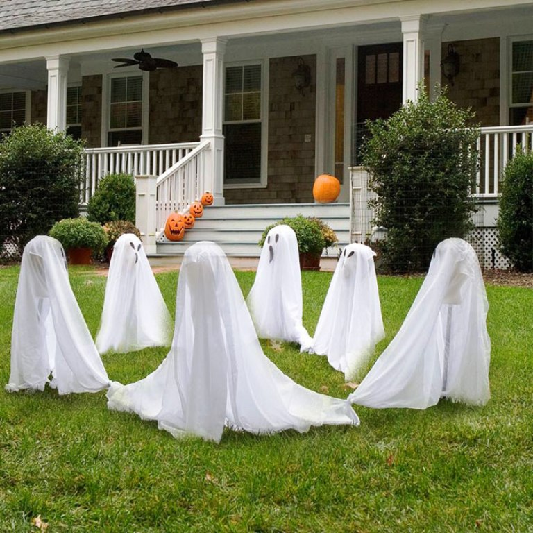 68. Halloween Outdoor Decor