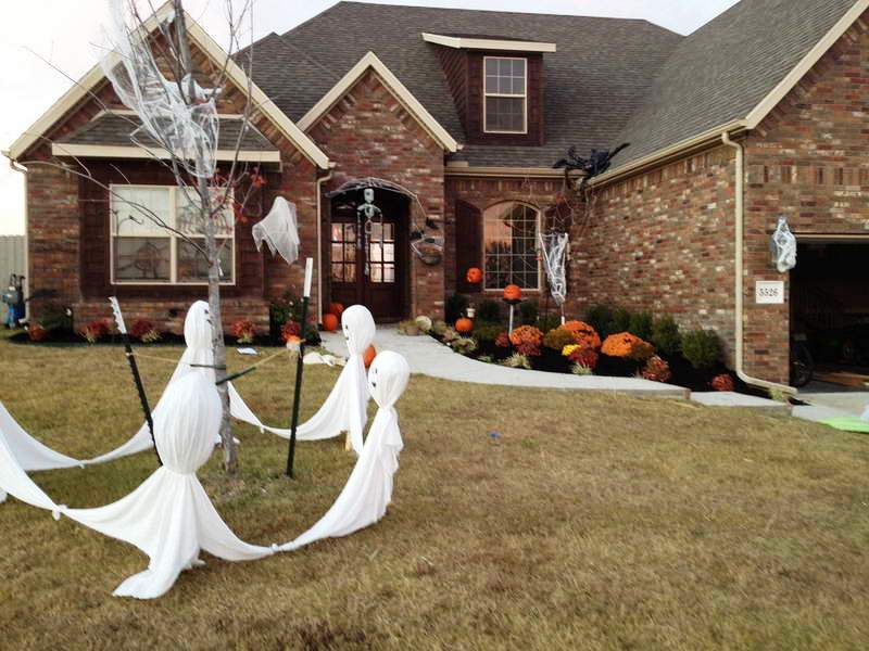 56. Outdoor Halloween Decor