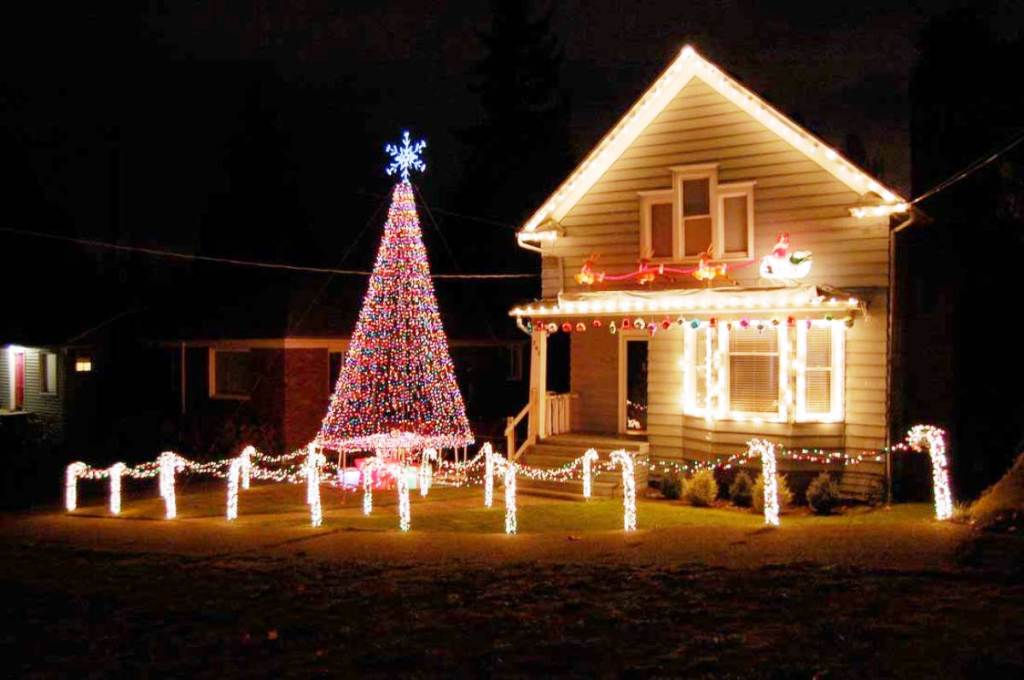 13-Christmas Decoration House